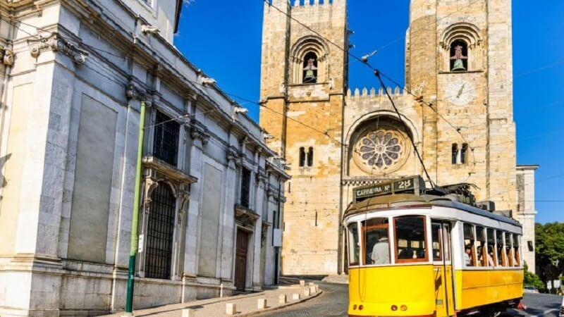 Catedral e elétrico 28 em Lisboa