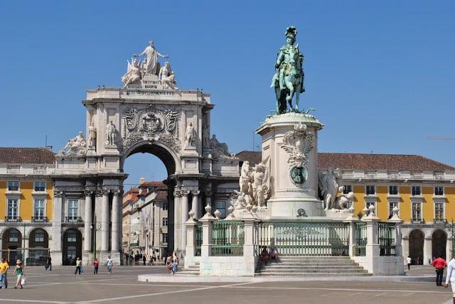 Arco e estátua na Praça do Comércio