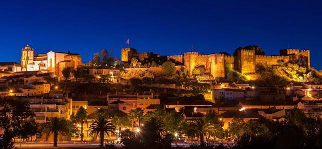 Vista de Silves e seu castelo à noite