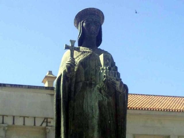 Escultura em homenagem à Condessa Mumadona