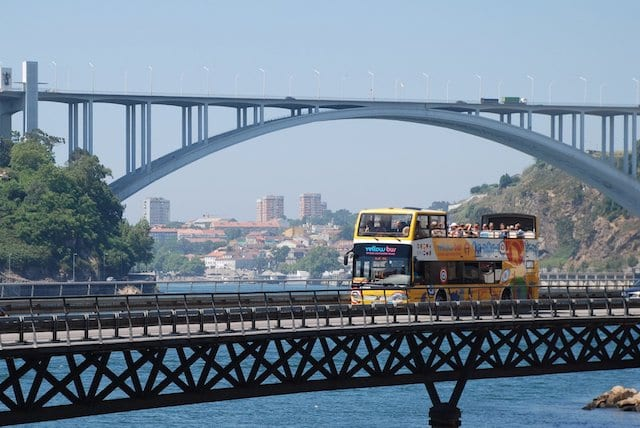 Passeio de ônibus amarelo pelo Porto