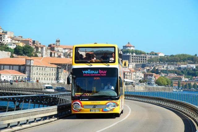 Passeio de ônibus amarelo pelo centro do Porto