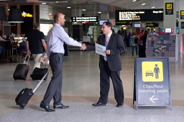 Encontro entre o motorista do transfer e o cliente no aeroporto