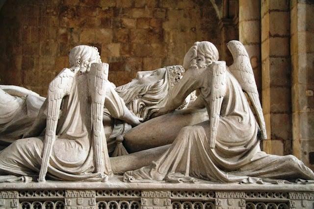 Túmulo de D. Pedro no Mosteiro de Alcobaça