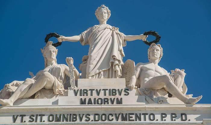 Esculturas no topo do Arco da Rua Augusta em Lisboa