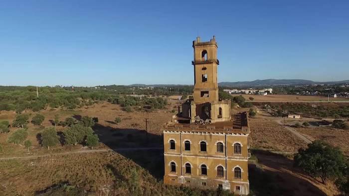 Vista do Palácio do Rei do Lixo e a Torre do Diabo