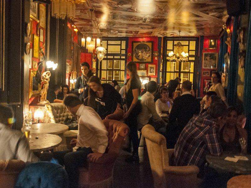 Movimento no bar Pensão do Amor em Lisboa