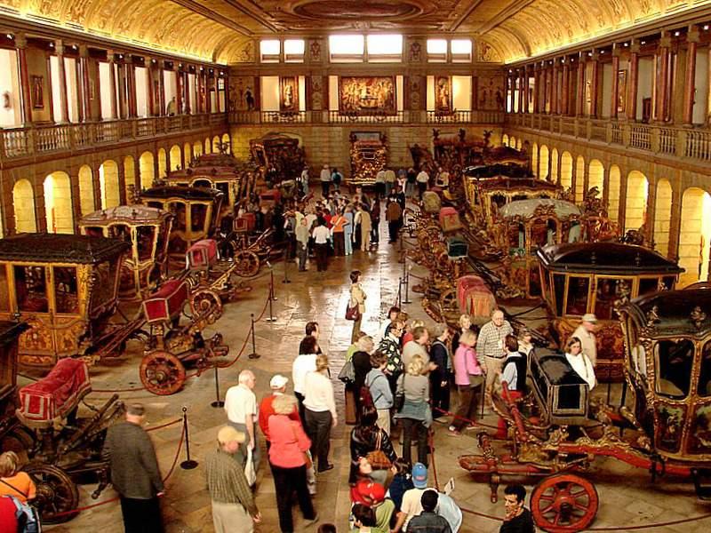 Visitantes no Museu dos Coches em Lisboa