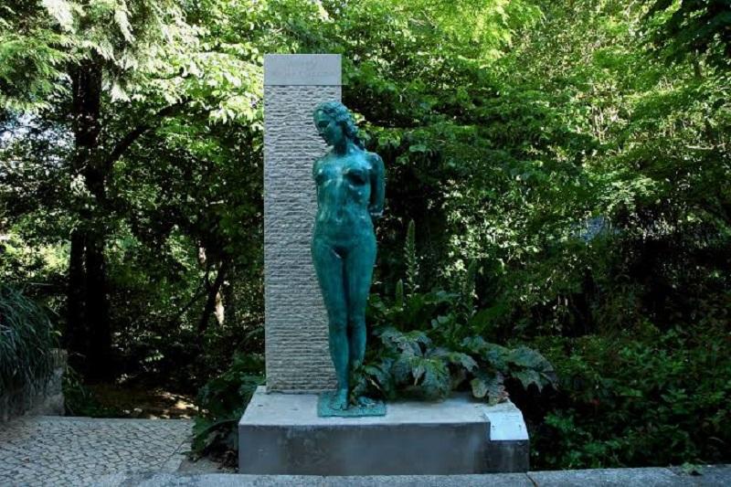 Escultura no exterior do Museu Anjos Teixeira em Sintra
