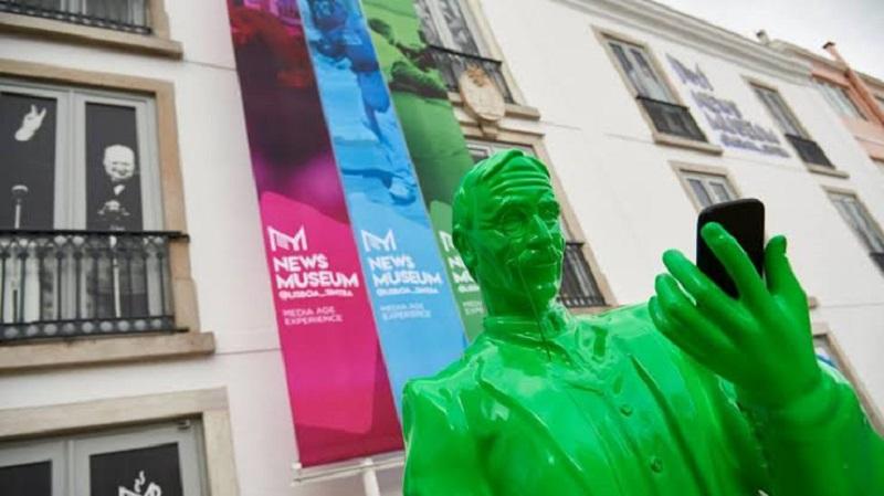 Escultura na entrada do NewsMuseum em Sintra