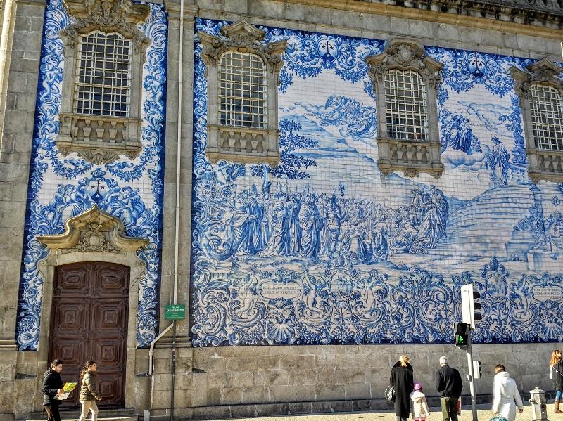 Lateral de azulejos da Igreja do Carmo no Porto