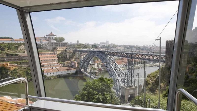 Interior do Funicular Guindais no Porto
