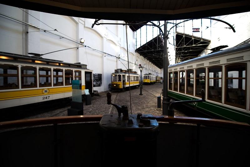 Interior de carro elétrico exposto no Museu do Carro Elétrico no Porto