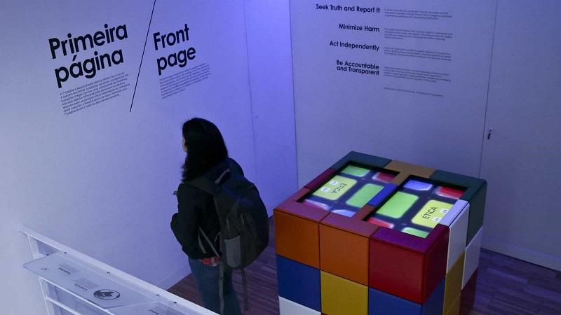 Visitante no NewsMuseum em Sintra