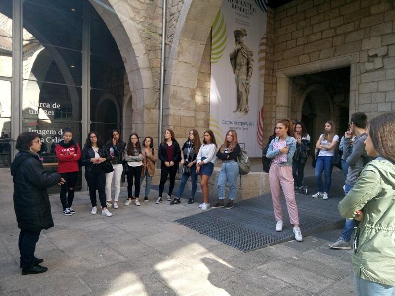 Grupo de visitantes na Casa do Infante em Porto