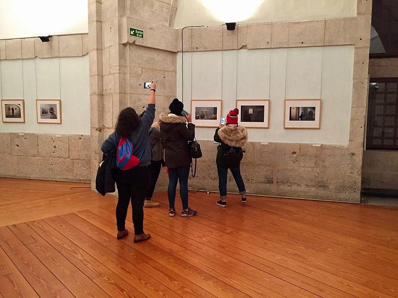 Visitantes no interior do Centro Português de Fotografia no Porto
