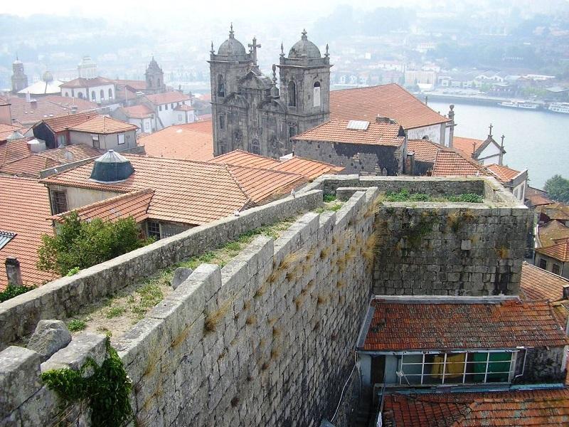 Muralhas Fernandinas de perto no Porto