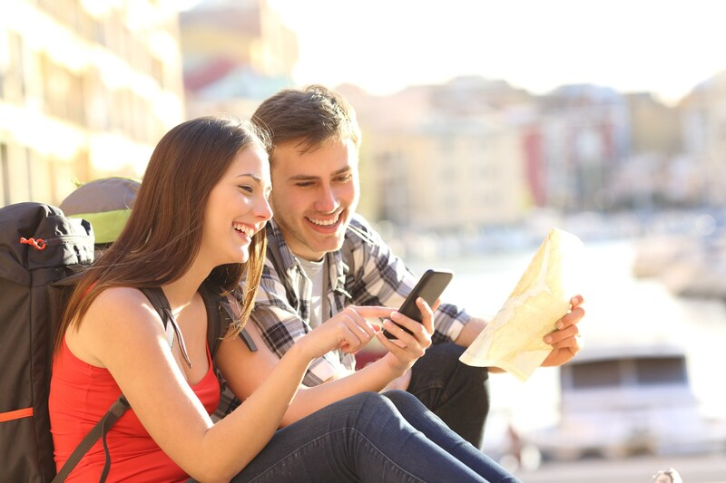 Casal olhando celular