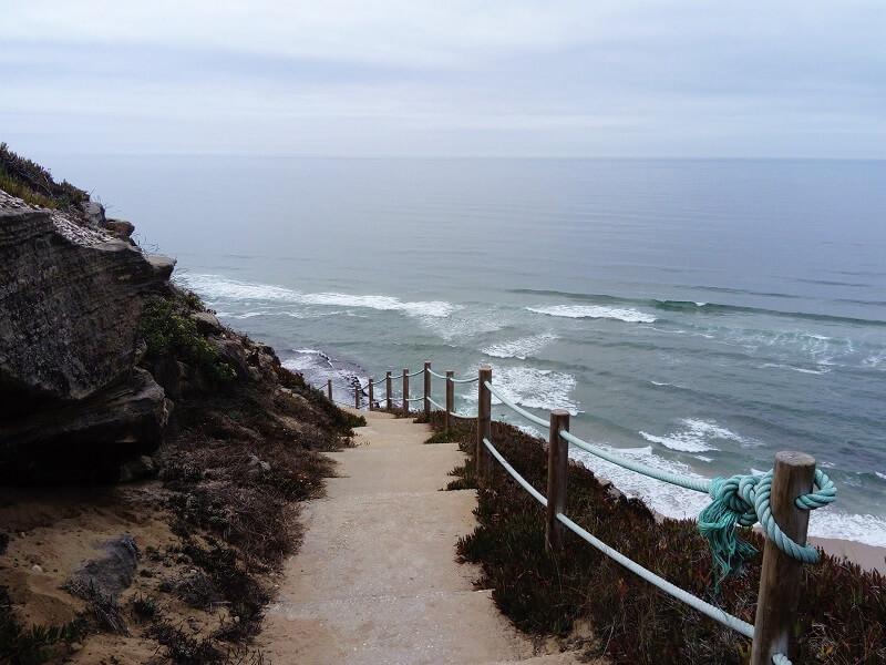 Escadas no caminho para Praia da Aguda em Sintra