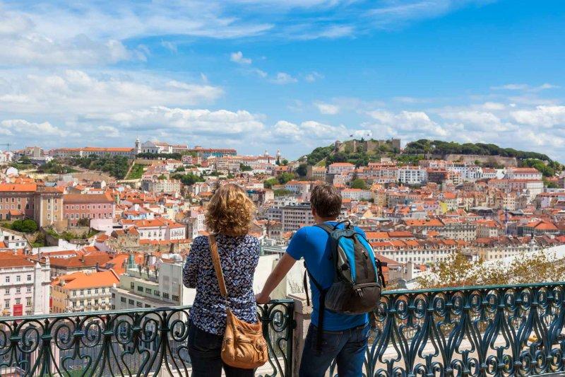 Pessoas apreciando vista de Lisboa em Portugal