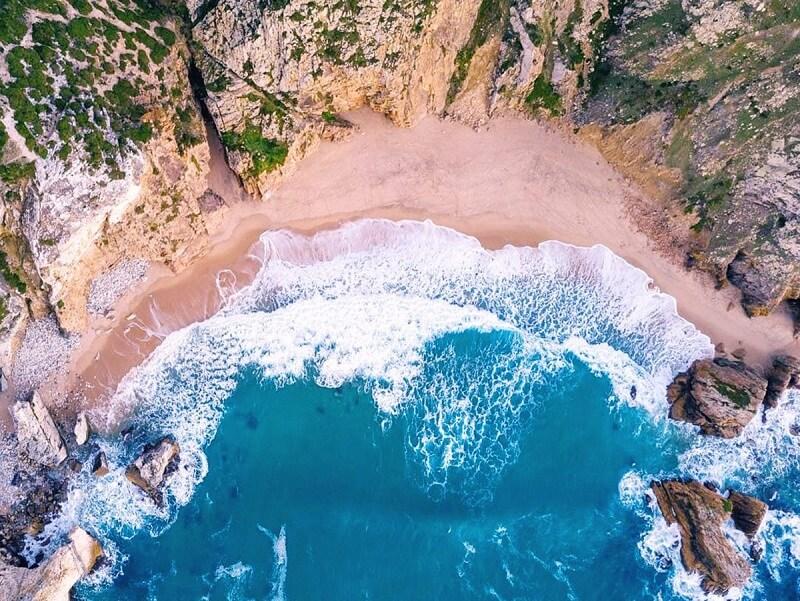 Vista aérea da Praia da Ursa em Sintra