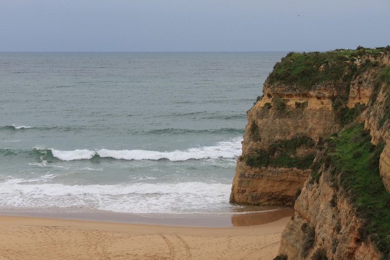Praia de Portimão com tempo fechado no inverno